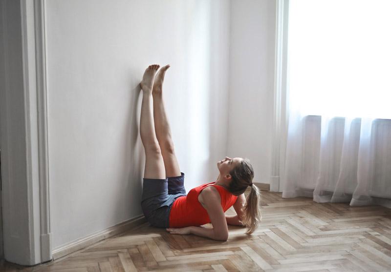 "Fotograf Andrea Piacquadio, <a href=""https://www.pexels.com/photo/woman-in-red-tank-top-and-black-shorts-lying-on-floor-3768179/?utm_content=attributionCopyText&amp;utm_medium=referral&amp;utm_source=pexels"" target=""_blank"" rel=""noopener"">Pexels</a>"